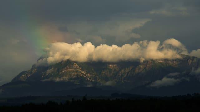 Blick von Uffikon zum Pilatus. Der Gipfel steckt noch in weissen Restwolken.