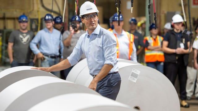 Justin Trudeau mit grossen Papierrollen.