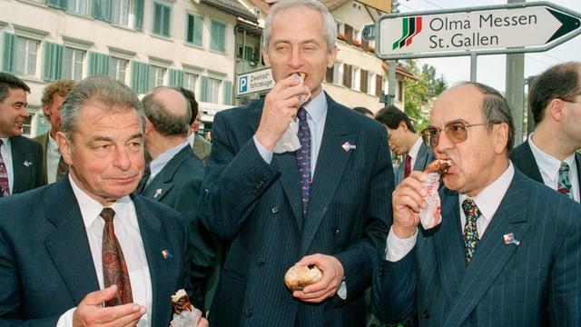 Fürst Hans Adam II von Liechtenstein (mitte) mit dem damaligen Bundesrat Jean-Pascal Delamuraz (links) und Alt-Bundesrat Kurt Furgler (rechts).