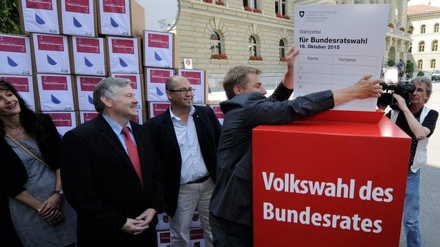 Toni Brunner legt einen überdimmensionalen Stimmzettel in die Urne
