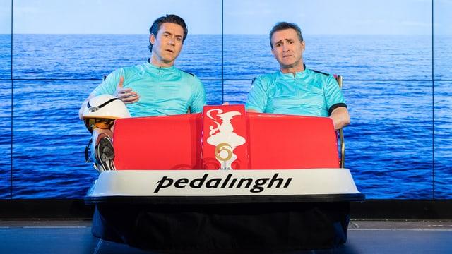 Zwei Männer sitzen in einem Pedalo.