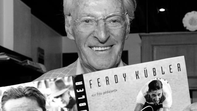 Ferdy Kübler cun in cudesch deditgà ad el – fotografà l'onn 2007 tar il Tour de Romandie.