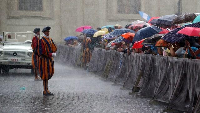 Schweizer Garde im Regen