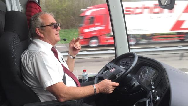 Chauffeur Hans Schwab am Steuer