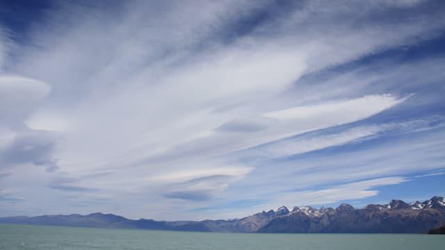 Cirrenfächer über dem Viedmasee in Patagonien.