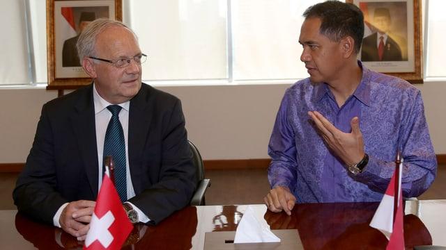 Johann Schneider-Ammann und sein indonesischer Amtskollege sitzen am Tisch.