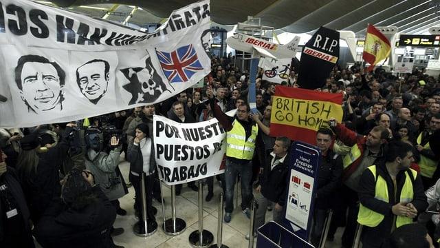 Streikende im Flughafengebäude von Madrid (keystone)