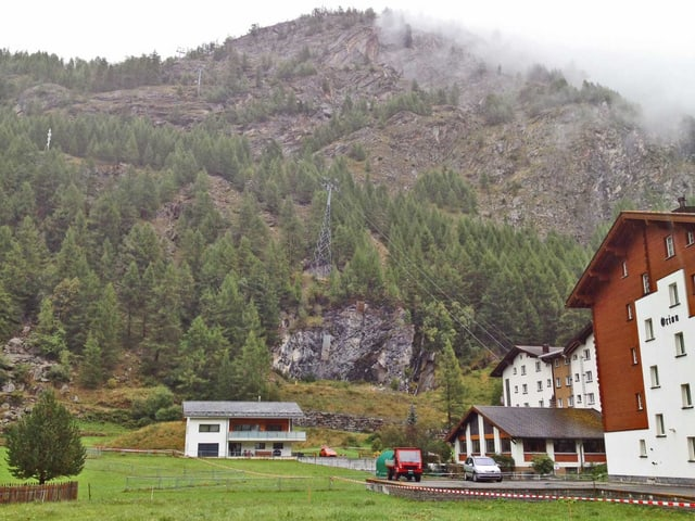 Talstation der Bergbahn und Häuser.