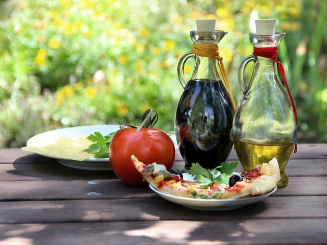 Holzgartentisch mit Speisen.