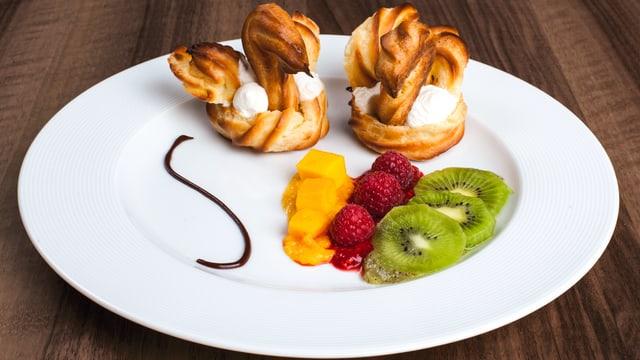 Dessertteller mit zwei Schwänen, Früchten und Schoggisauceverziehrung