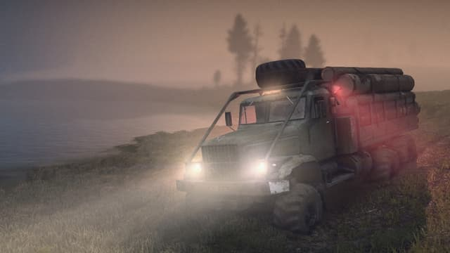 Der Laster fährt in der Morgendämmerung quer durch die Sumpfwiese.