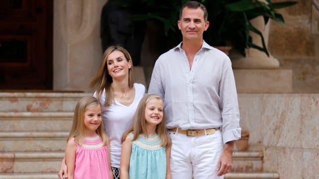Die Familie posiert vor einer Treppe
