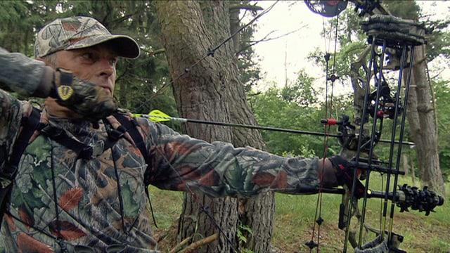 CChris Mo ... Präsident der Schweizer Bogenjäger auf der Pirsch im Elsass, wo diese Jagdmethode erlaubt.