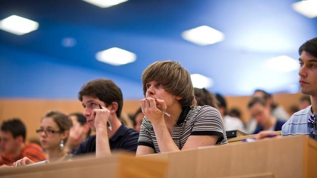 Studenten hören konzentriert zu.