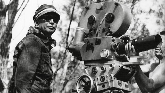 Ein Mann mit einer Filmkamera