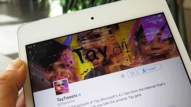 Foto eines Tablet-Computers, auf dem ein Twitter-Account zu sehen ist.
