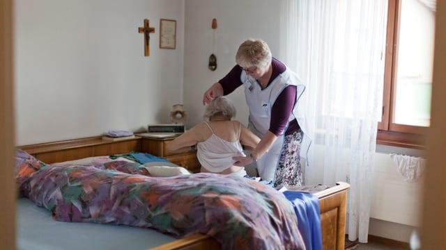 Pflegerin pflegt eine ältere Frau