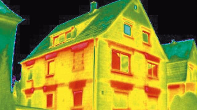 Ein Haus im Fokus einer Infrarotkamera, welche den Wärmeverlust aufzeigt.