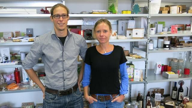 Tobias Egger und Christine Angeli vor dem Regal mit den Musterprodukten.
