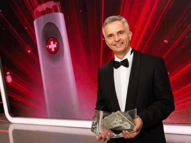 Didier Burkhalter mit Trophäe