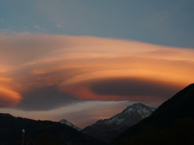Linsenwolken über den Bergen.