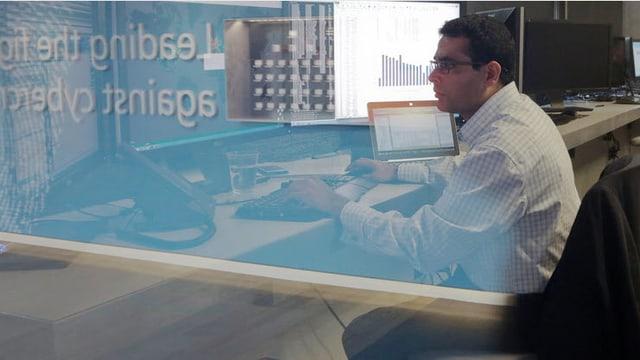 IT-Ermittler an seinem Schreibtisch.