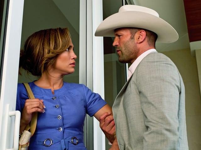 Parker (Jason Statham) mit Cowboyhut hält Leslie (Jennifer Lopez) am Ellbogen zurück.