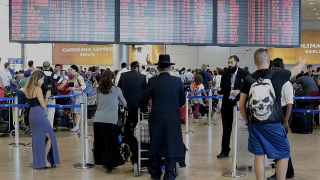 Gestrandete Passagiere im Flughafen von Tel Aviv