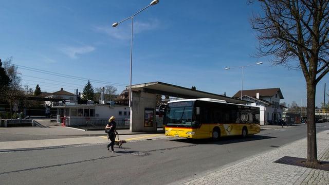 Ein Postauto steht an einer Haltestelle.