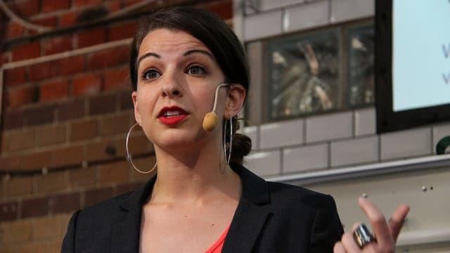 Anita Sarkeesian als Rednerin an der Media Evolutions The Conference im Jahr 2013.