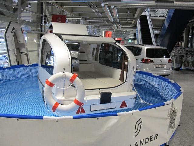Das Bild zeigt einen Wohnwagen, der schwimmen kann.
