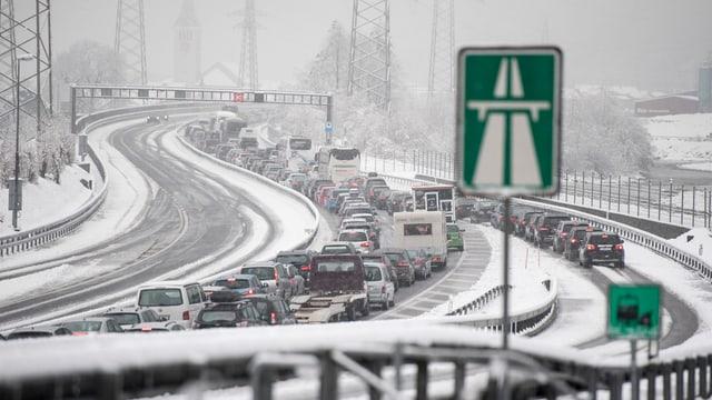 Osterstau am Gotthard: Dieses Jahr hat vor allem der erneute Wintereinbruch für Stau gesorgt. (keystone)