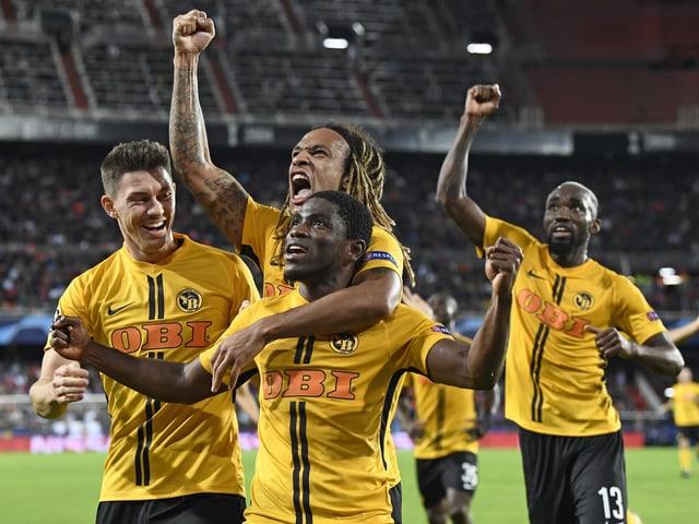 Roger Assalé und Kevin Mbabu bejubeln den Treffer gegen Valencia.