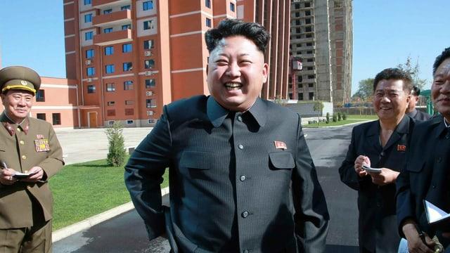 Kim Jong-Un lachend mit Mitarbeitern
