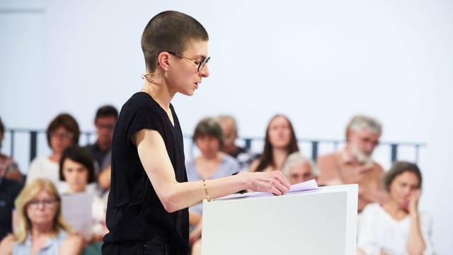 Die Autorin Anna Stern beim Wettlesen in Klagenfurt.