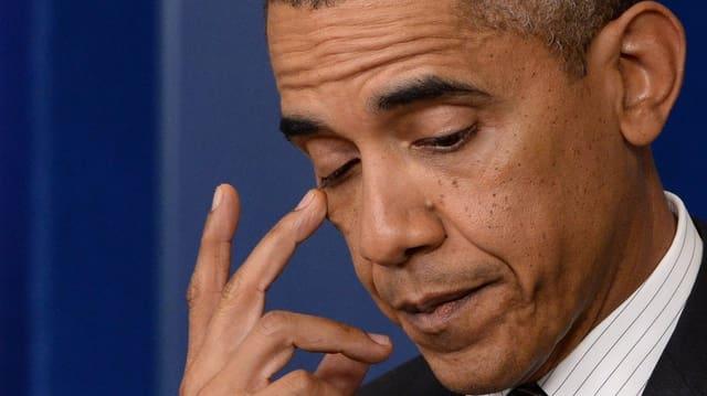 Porträt von einem nachdenklichen Barack Obama.