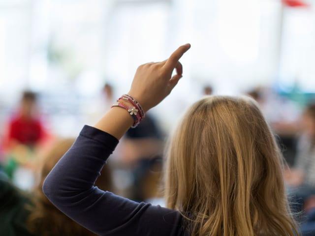 Ein Kind hält Hand in die Luft