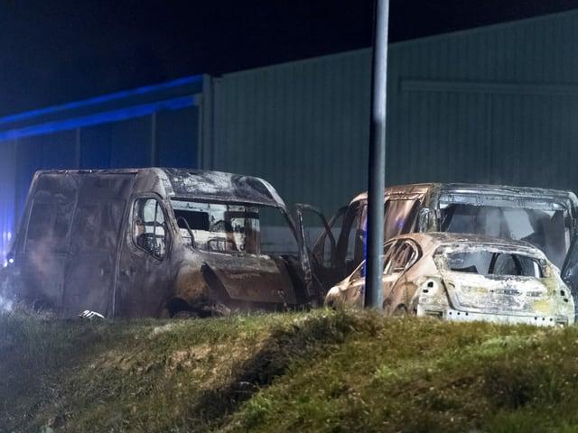 Drei ausgebrannte Fahrzeuge
