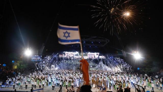 Eine Israel-Flagge ragt in den Nachhimmel