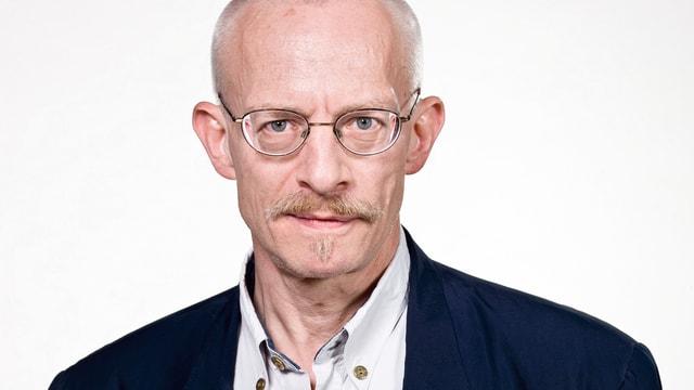 Mann ohne Haare mit Brille.