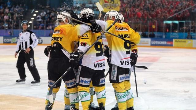 Gruppa da hockeyans che giubileschan.