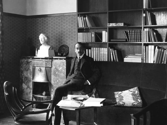 Henry van de Velde in seinem Arbeitszimmer im Haus Hohe Pappeln in Weimar, 1907/08.