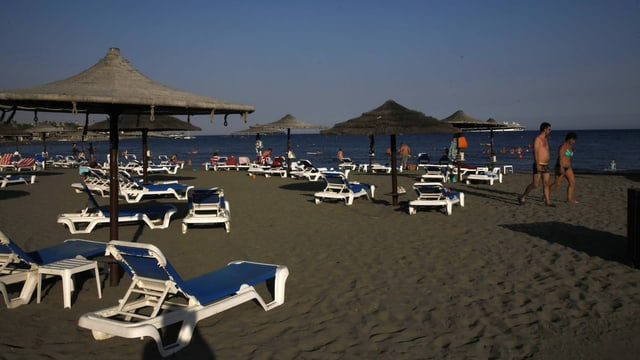 Menschen an einem Strand in Zypern