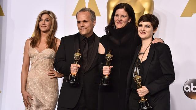 Auf dem Bild sind Schauspiel-Star Jennifer Aniston, Dirk Wilutsky, Laura Poitras, und Mathilde Bonnefoy zu sehen. Letztere drei mit einer Oscar-Trophäe.