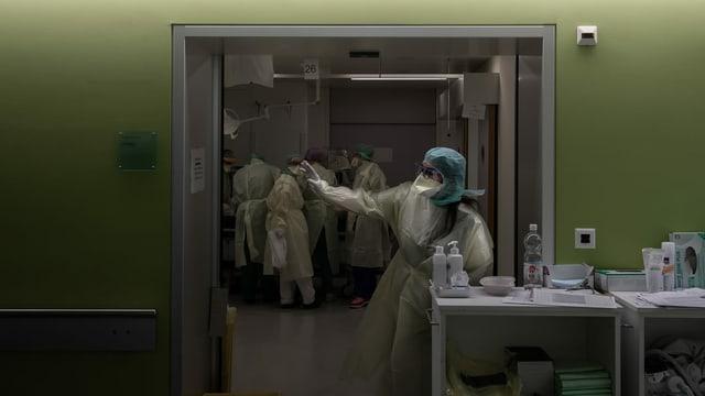 Auf der Intensivstation des La Carita-Spitals in Locarno wird ein Patient mittels Intubation beatmet.