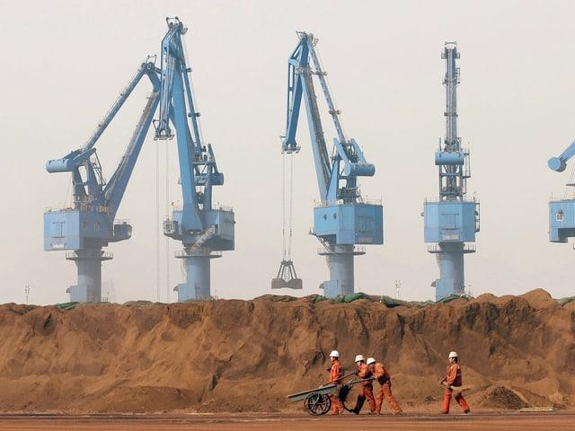 Chinesische Stahlarbeiter in Tianjin.