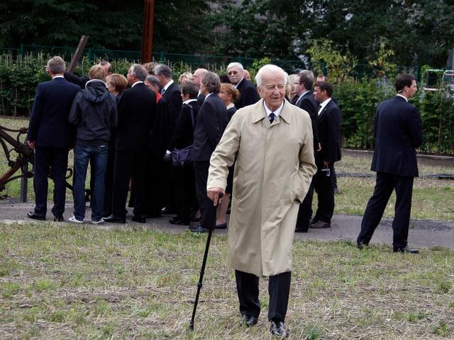 Von Weizsäcker mit Stock zum Fotografen gehend.