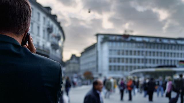 Telefonierender mit Handy in Zürich