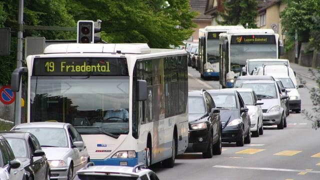 Busse und Autos stehen in der Stadt Luzern im Stau.