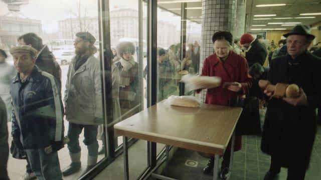 Langes Anstehen für Brot